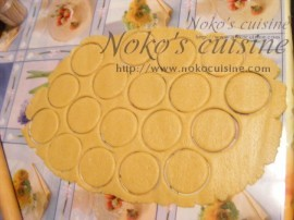 Cut round shape cookies ( 6.5 cm diameter)